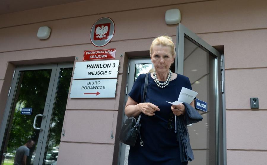 Ewa Kochanowska w drodze na spotkanie w Prokuraturze Krajowej
