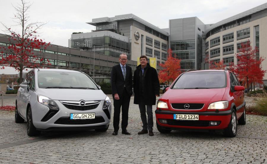 Karl-Thomas Neumann, szef Opla obok zafiry tourer i Andreas Schild, kierowca czerwonej zafiry 2.2 DTI