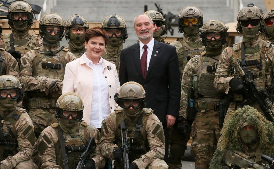 Premier Beata Szydło i minister obrony Antoni Macierewicz pozują do zdjęć z funkcjonariuszami jednostki Wojsk Specjalnych RP \