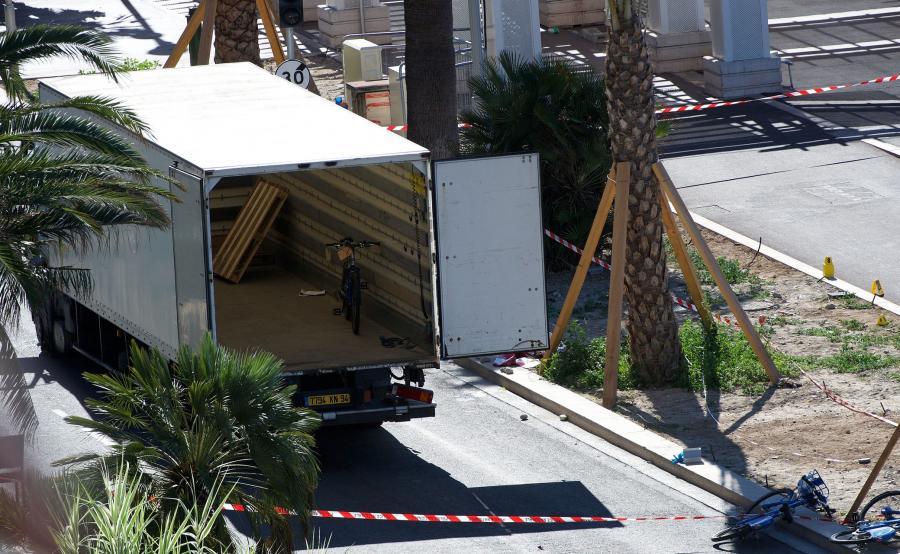 Ciężarówka, której zamachowca użył do ataku w Nicei