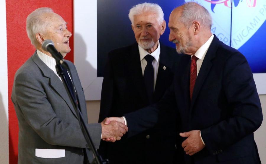 Antoni Macierewicz, prezes Światowego Związku Żołnierzy AK mjr Leszek Żukowski i płk dr inż. Zbigniew Zaborowski