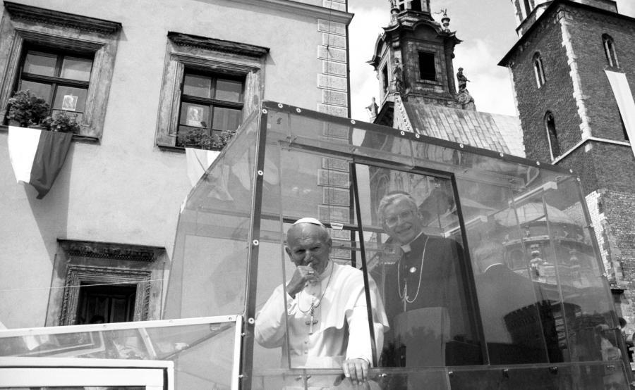 Na zdjęciu archiwalnym z 13.08.1991 r. metropolita krakowski kardynał Franciszek Macharski (P) obok papieża Jana Pawła II, w czasie IV pielgrzymki papieża do Polski