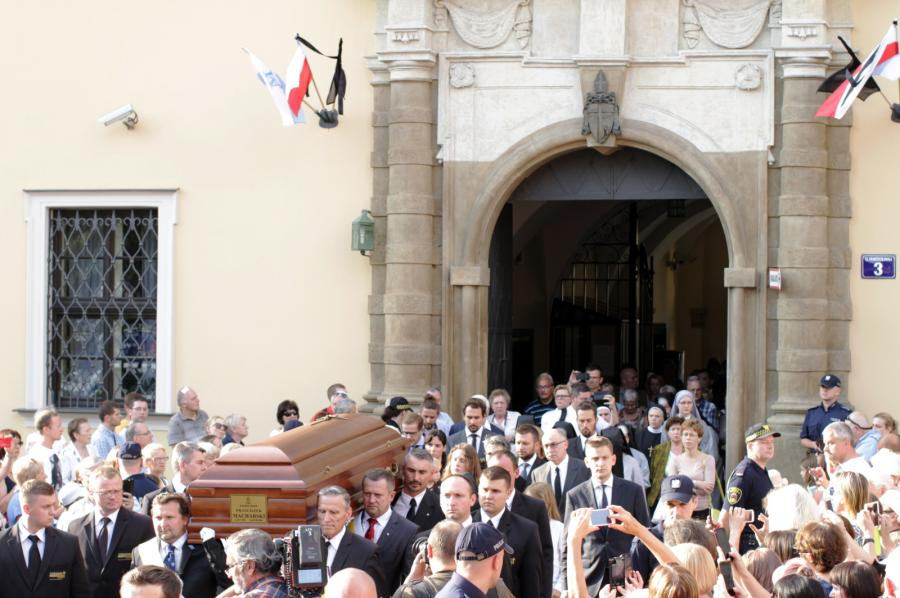 Trumna z ciałem kard. Franciszka Macharskiego przenoszona z Pałacu Arcybiskupów Krakowskich do bazyliki św. Franciszka z Asyżu przy pl. Wszystkich Świętych