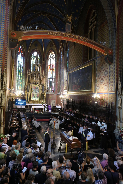 Ludzie zgromadzeni przy trumnie z ciałem kard. Franciszkiem Macharskim w bazylice św. Franciszka z Asyżu przy pl. Wszystkich Świętych