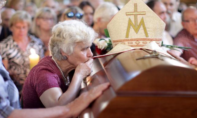 Uroczystości pogrzebowe kardynała Macharskiego. Modlitwy przy trumnie. \
