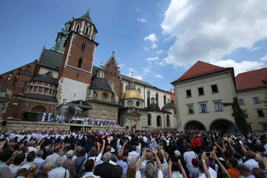Msza św. pogrzebowa na placu przed katedrą