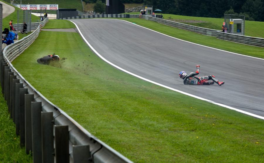 Stefan Bradl wyłożył się na torze tak, że aż iskry poszły. Niemiec zaliczył upadek przed GP Austrii