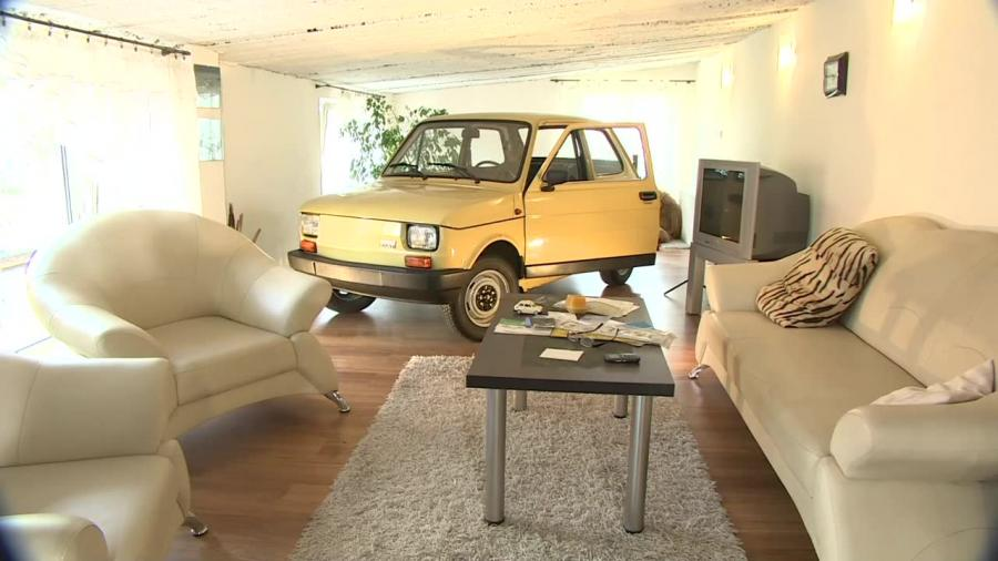 Fiat 126p obok telewizora. Jak \