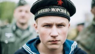 Mężczyzna przebrany za sowieckiego marynarza z czasów II wojny światowej