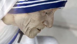 Matka Teresa z Kalkuty. Statua świętej stojąca w sierocińcu Shishu Bhavan w Kalkucie, w Indiach