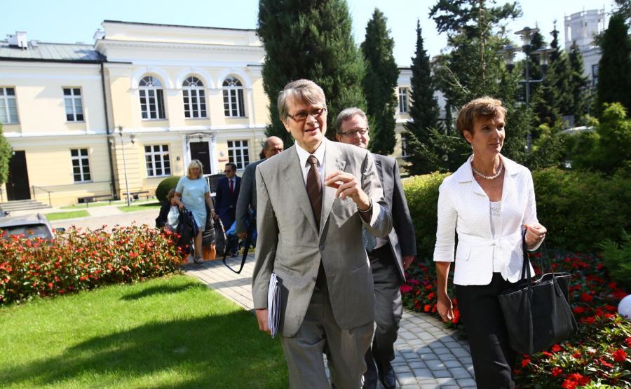 Członkowie delegacji od lewej: wiceprzewodniczący Komisji Weneckiej Kaarlo Tuori, szef wydziału sprawiedliwości konstytucyjnej w Sekretariacie Komisji Weneckiej Schnutz Rudolf Duerr oraz Sarah Cleveland, po spotkaniu w Senacie w Warszawie