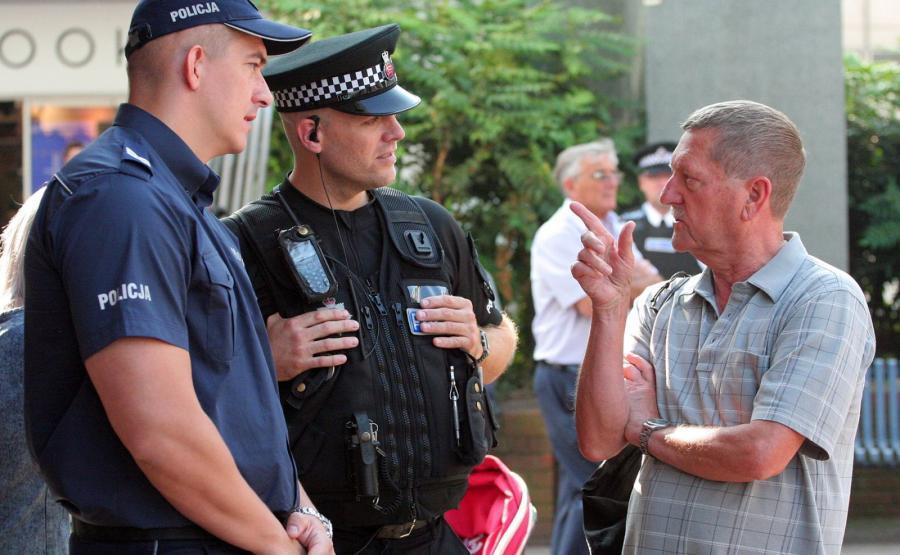Polski policjant z Komendy Głównej Policji sierż. szt. Dariusz Tybura (L) wraz z brytyjskim policjantem patrolują ulice w Harlow