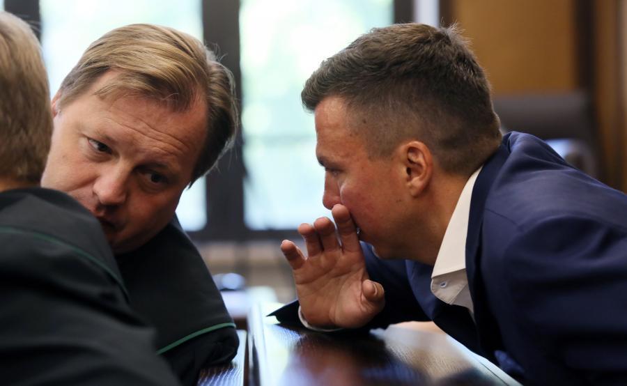 Marek Falenta (P) z obrońcą, mec. Markiem Małeckim (L) w Sądzie Okręgowym w Warszawie