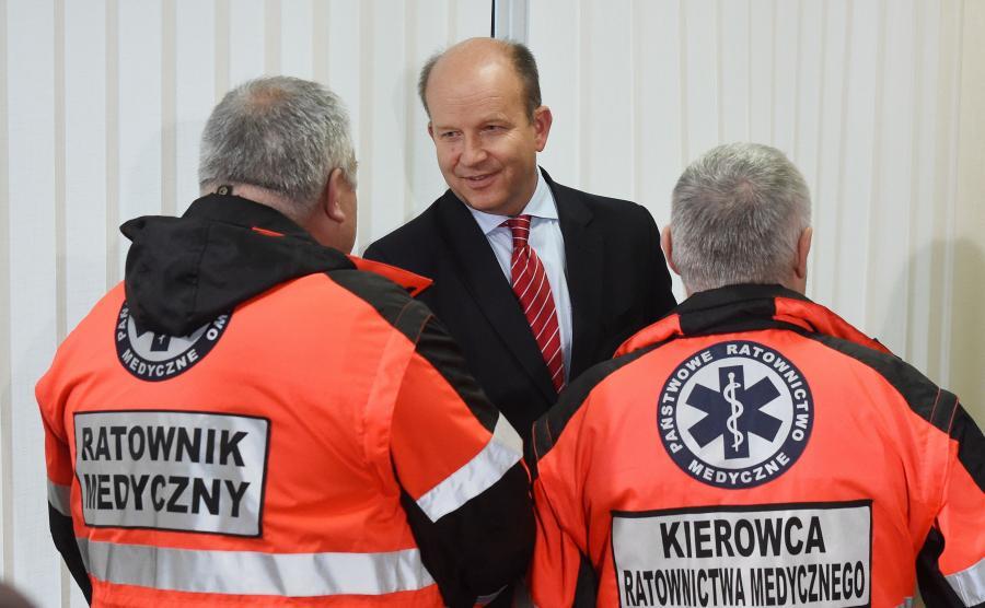 Minister zdrowia Konstanty Radziwiłł rozmawia z ratownikami medycznymi