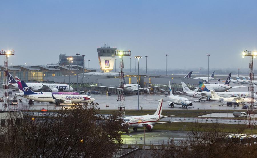 Lotnisko Chopina. Po obu stronach terminalu stoją Dreamlinery LOT