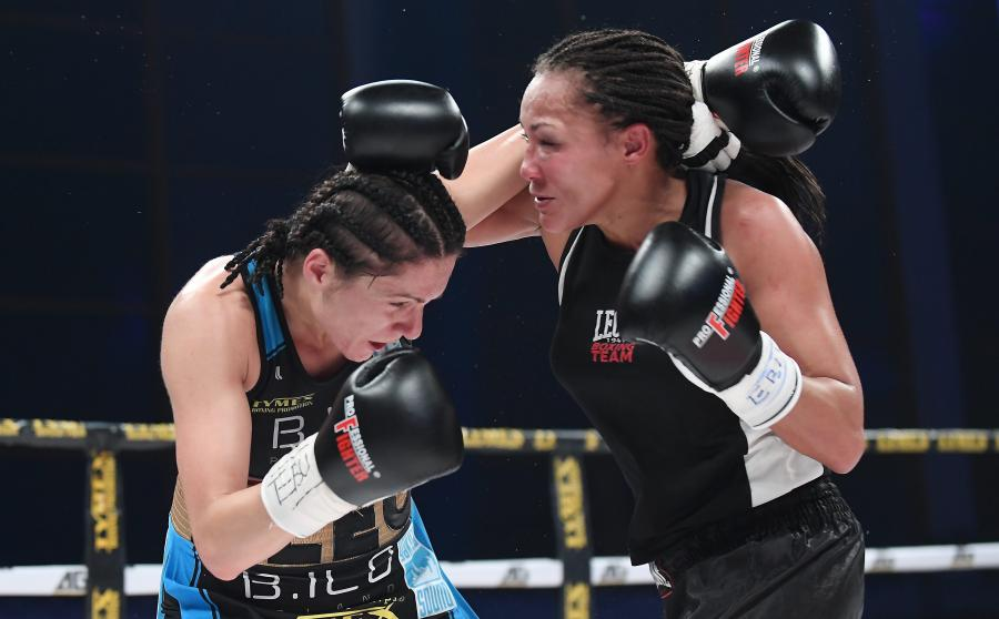 Ewa Brodnicka (L) i Włoszka Anita Torti (P), podczas walki o pas Mistrzyni Europy organizacji EBU