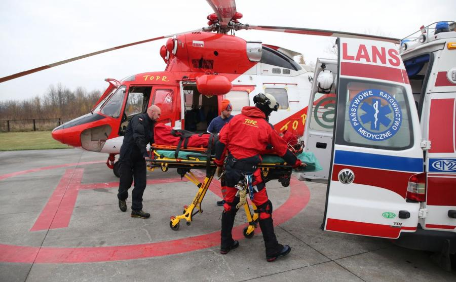 Ratownicy TOPR transportują rannego turystę