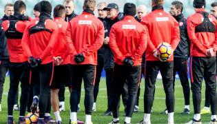 Selekcjoner piłkarskiej reprezentacji Polski Adam Nawałka (C) podczas treningu kadry we Wrocławiu