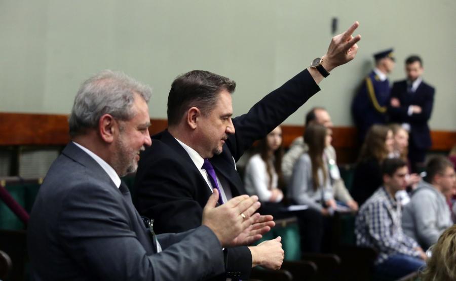 Przewodniczący NSZZ Solidarność Piotr Duda (2P) na galerii sejmowej, po głosowaniu nad prezydenckim projektem obniżenia wieku emerytalnego