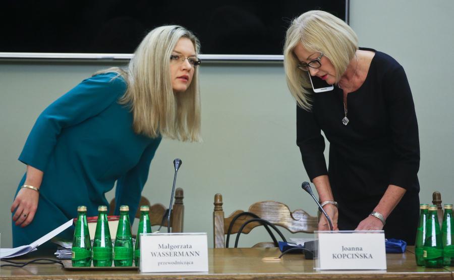 Przewodnicząca komisji, posłanka PiS Małgorzata Wassermann (L) oraz członek komisji, posłanka PiS Joanna Kopcińska (P) podczas posiedzenia sejmowej komisji śledczej do spraw Amber Gold