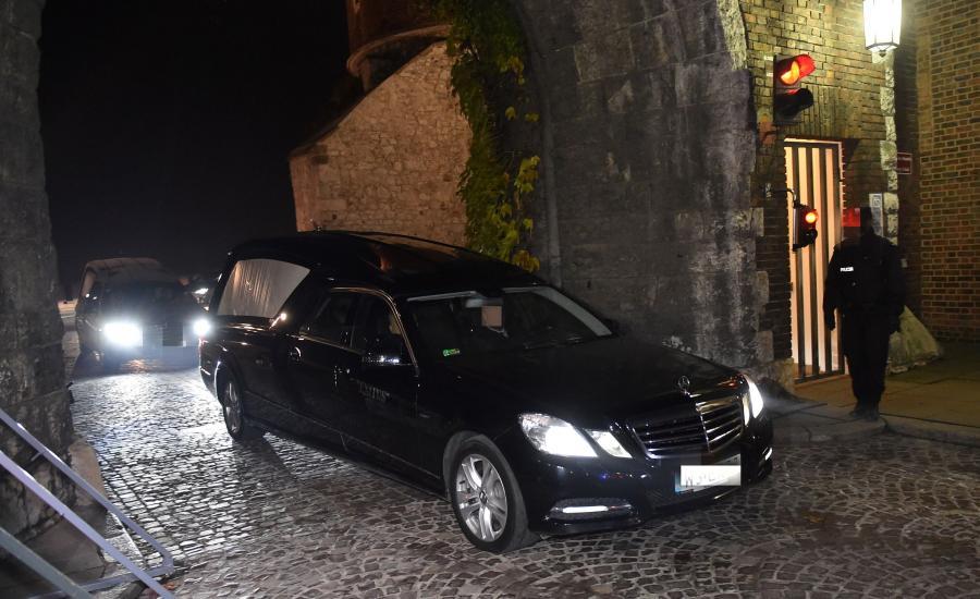 Samochody służb uczestniczących w ekshumacji opuszczają wawelskie wzgórze