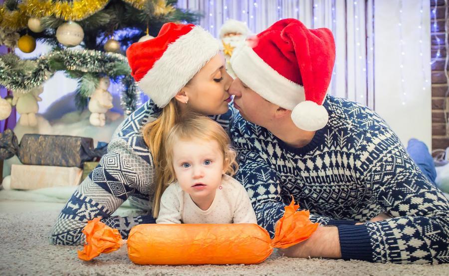 Rodzina z prezentami pod choinką