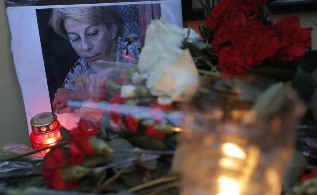 Kwiaty i znicze przed portretem Jelizawiety Glinki
