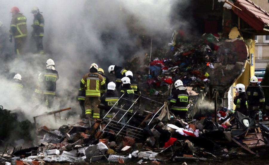 Strażacy na miejscu wybuchu i pożaru budynku w Łomiankach