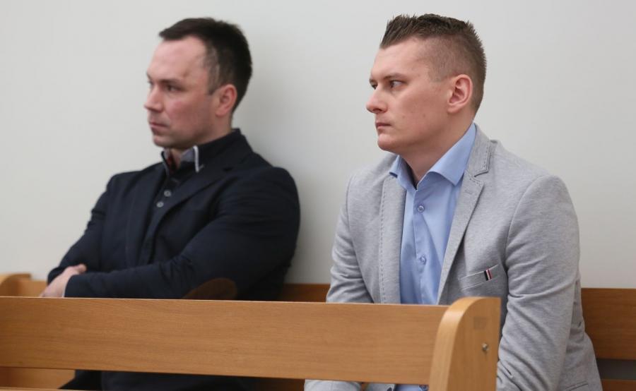 Oskarżeni Krzysztof Ruszczyński (L) i Adrian Dobrzyński (P) na sali rozpraw (ZGODA NA PUBLIKACJĘ WIZERUNKÓW I DANYCH OSOBOWYCH OSKARŻONYCH I SKARŻĄCEGO!)