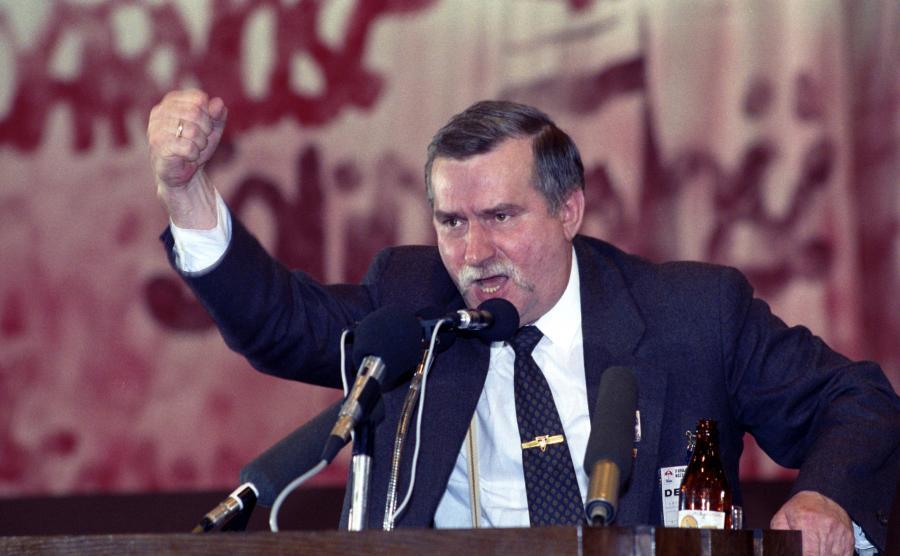 Na zdjęciu archiwalnym z kwietnia 1990 roku wystąpienie Lecha Wałęsy ponownie wybranego na przewodniczącego Związku, podczas II Krajowego Zjazdu Delegatów NSZZ Solidarność w hali widowiskowo-sportowej Olivia w Gdańsku