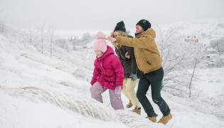 Zimowy rodzinny spacer w górach