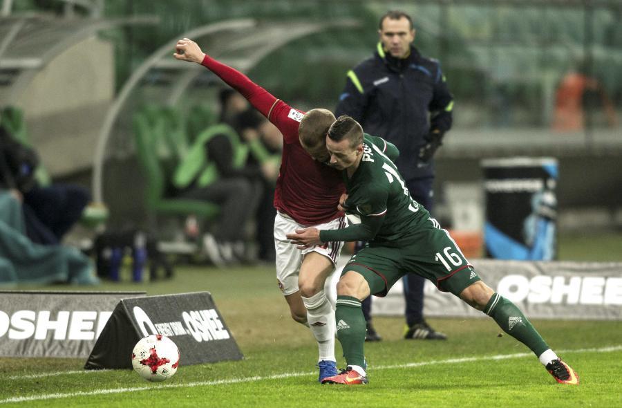 Piłkarz Śląska Wrocław Robert Pich (P) i Tomasz Cywka (L) z Wisły Kraków