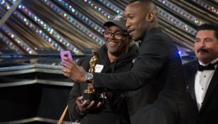 Zdobywca Oscara Mahershala Ali robi sobie selfie z turystą na gali Oscarów