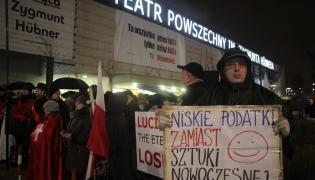 Protest przed Teatrem Powszechnym