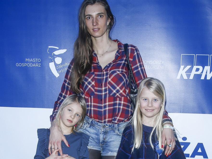Kamila Szczawińska z córkami