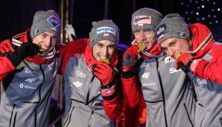Drużynowi mistrzowie świata w skokach narciarskich na dużej skoczni - (od lewej): Kamil Stoch, Maciej Kot, Dawid Kubacki i Piotr Żyła ze złotymi medalami