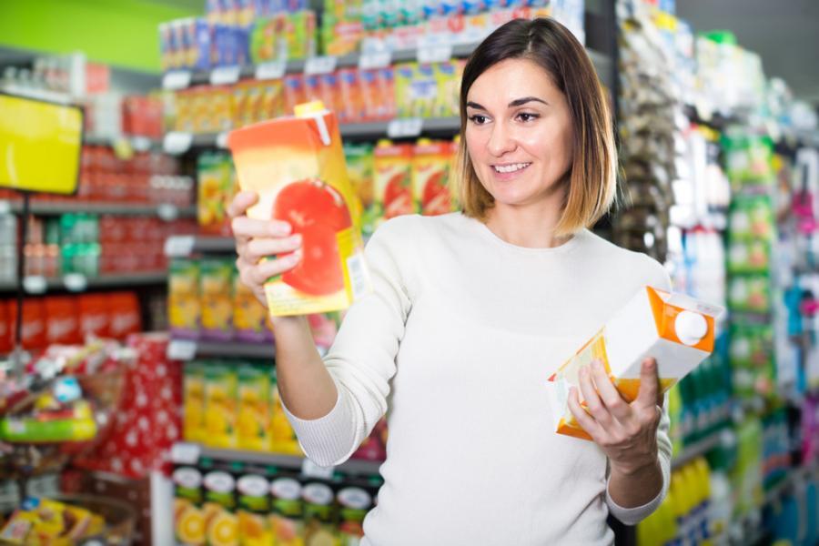 Kobieta kupuje sok