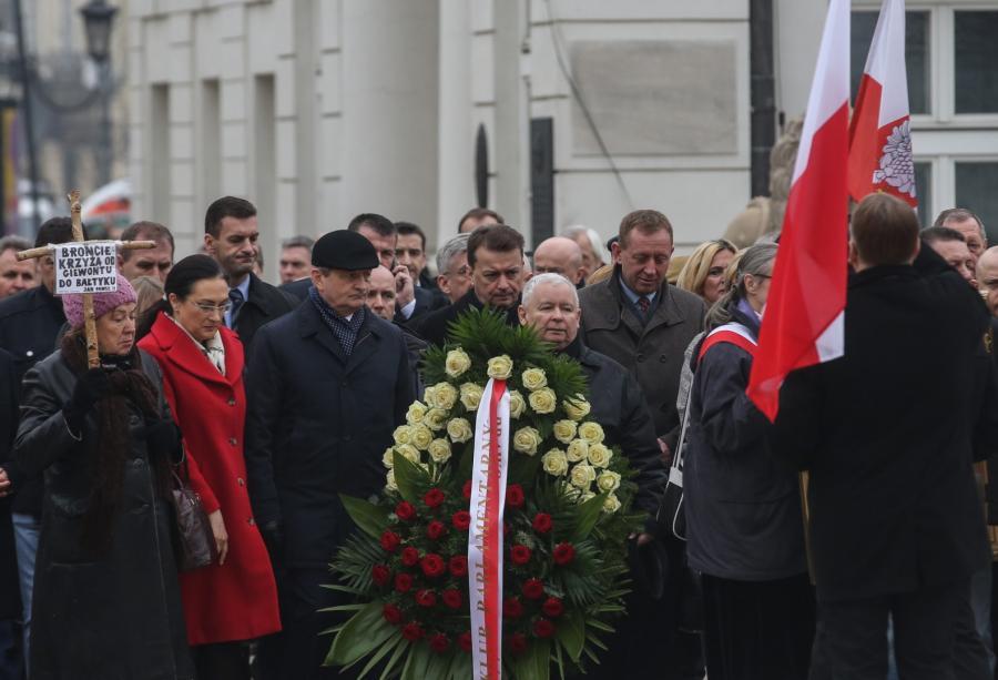 Prezes PiS Jarosław Kaczyński (C) podczas uroczystości przed Pałacem Prezydenckim
