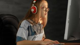 Nastolatka przy komputerze